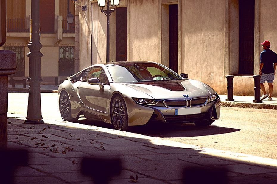 i8 Coupe Front angle low view