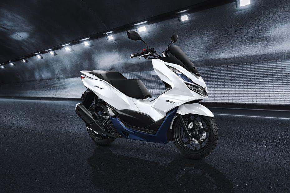 Tampak belakang serong Honda PCX eHEV