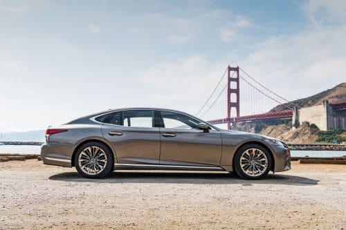 Tampak kanan Lexus LS