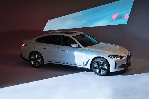 Tampak depan medium BMW i4
