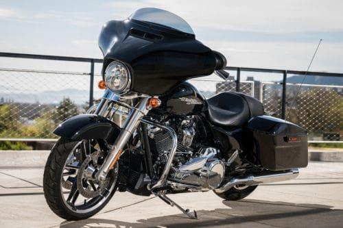 Tampak depan serong Harley Davidson Street Glide